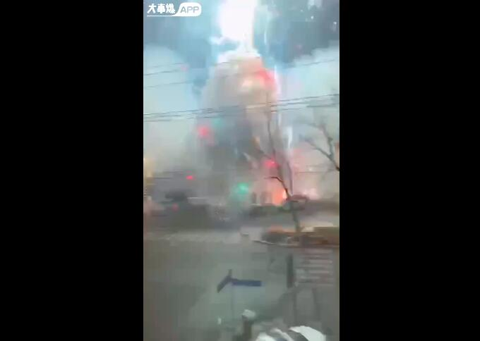 延吉市昌盛市场附近一鞭炮摊位烟火爆竹全部被点燃,究竟咋回事?